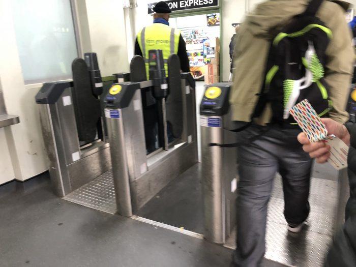 v クリスタル・パレス 駅